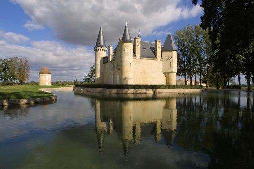 Château d'Agassac vue extérieur arrière du château, douves et pigeonnier 01